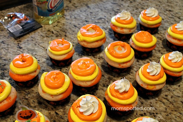 How to make {Candy Corn Cupcakes} #Halloween #cupcake #candycorn momspotted.com