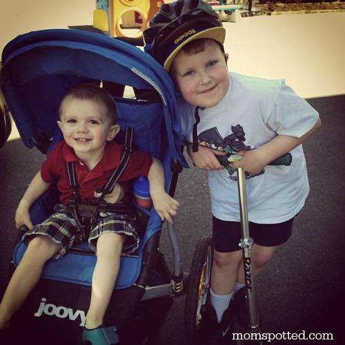 Gavin & Sawyer ready for the bike trail #joovy #momspotted